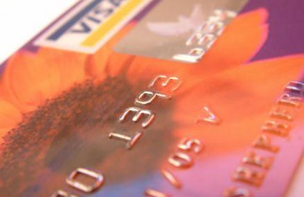 Hogyan igényeljünk bankkártyát online?